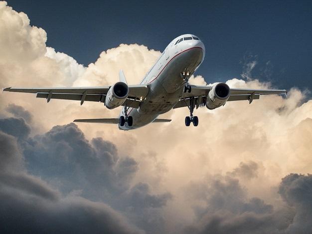 Cuidados no planejamento de viagem corporativa durante o verão